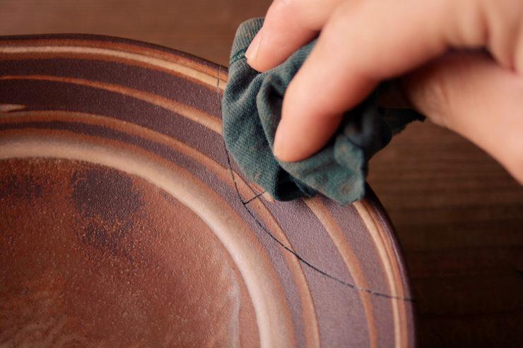 削った麦漆の削りかすを拭き取る