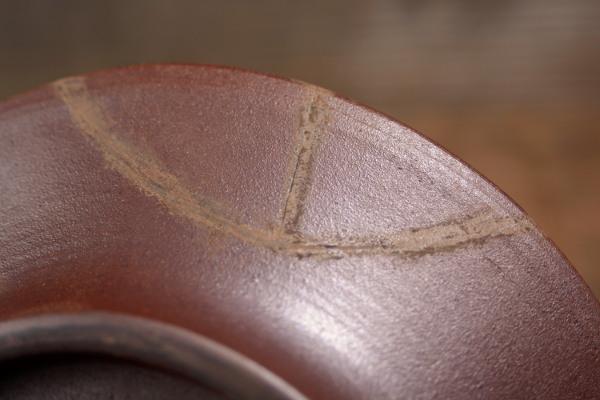 器の裏側の錆漆も彫刻刀で削っていく
