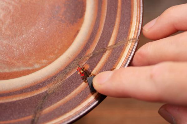 彫刻刀で削っても残った錆漆を耐水ペーパーを使って研いでいく