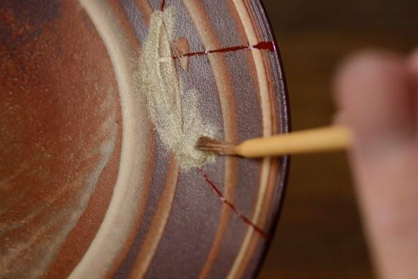 金継ぎの工程、蒔絵のやり方。錫粉を筆で少しずつ払って漆の上に載せていく