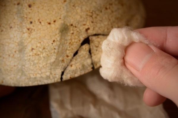金継ぎの修理工程。真綿に銀粉をたっぷりとつける