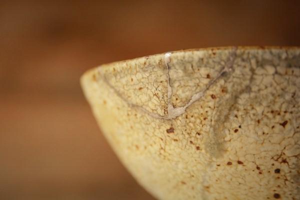 割れた茶碗の金継ぎ修理完成。器の外側。