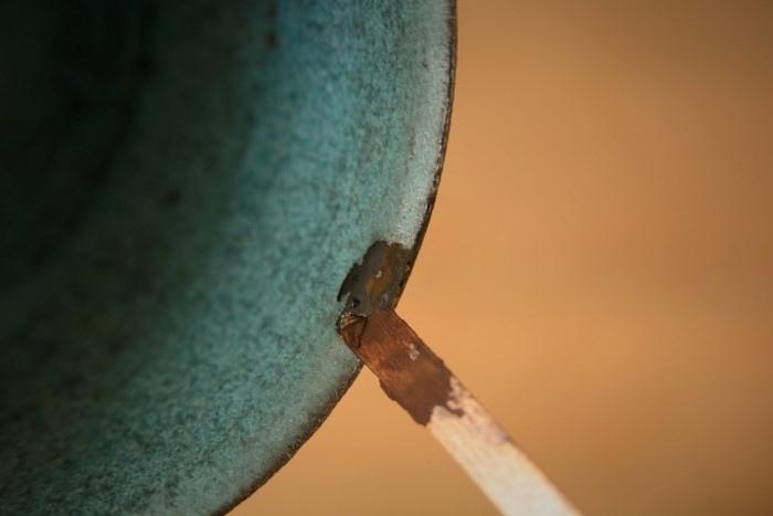 金継ぎの方法。箆で凹みに錆漆を置く。