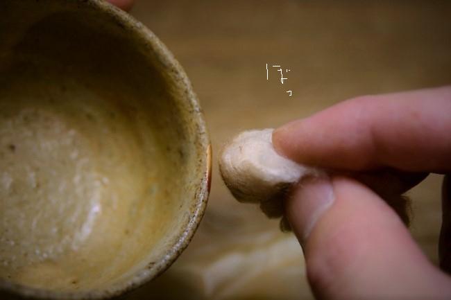真綿で金粉を漆の上にのせていく