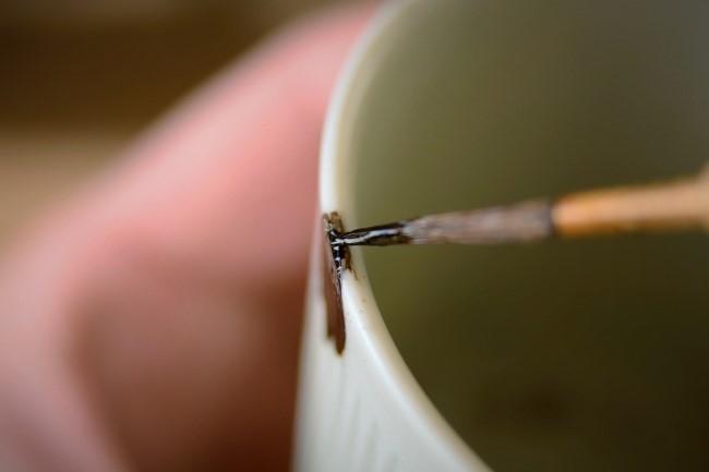 器の口元部分の錆漆にも漆を塗っていく