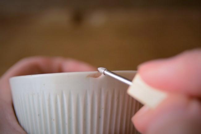 金継ぎの素地調整で器の口元のエッジもうっすらと削っておく。