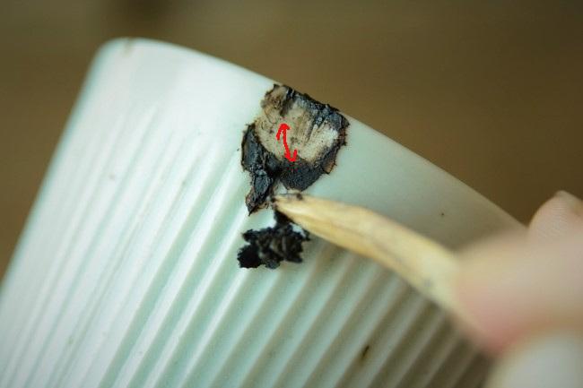 乾いた錆漆はそのまま残しておいて、乾かなかった錆漆を削り取る。