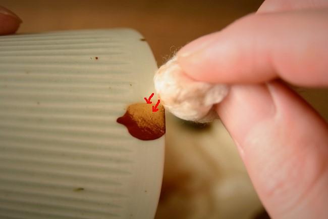 真綿で漆の上にぽんぽんと叩くようにして金粉を置いていく