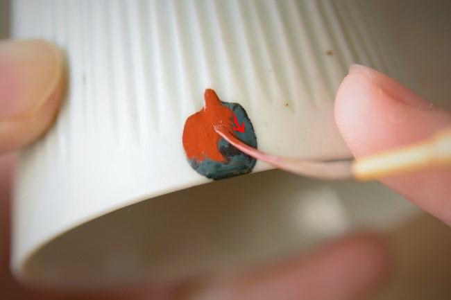 金継ぎの上塗り作業ではうるしは薄く塗っていく。