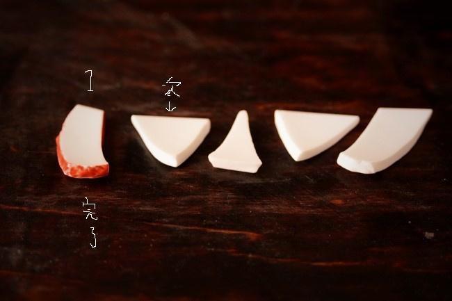 接着剤を塗り終わった破片は、順番に並べて置く