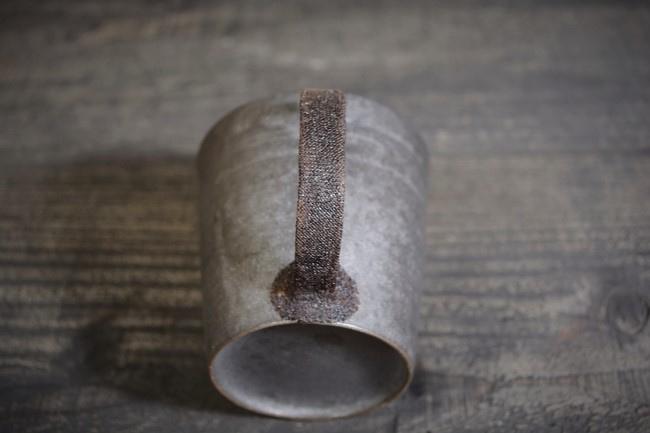 麦漆で麻布を貼って乾かす