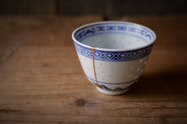 ひびの入ったコップの簡単な蒔絵修理が完成