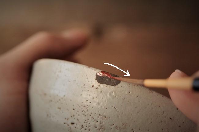 金継ぎの漆塗り作業