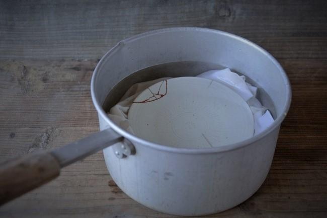 器を鍋で煮込む
