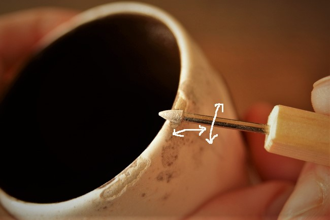 コップの素地をダイヤモンドのやすりで研ぐ