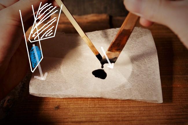 濾し紙の中に漆を入れる