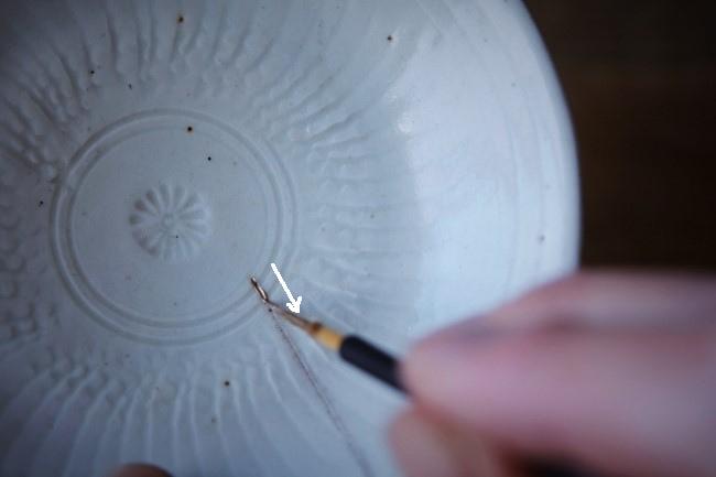 ひびの部分に新うるしを塗る