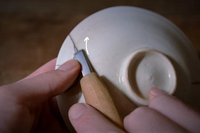 接着作業ではみ出した接着剤を彫刻刀で削る