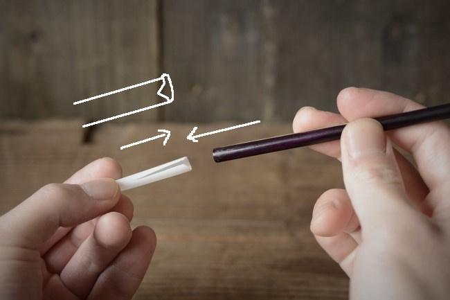 V字に切れ込みを入れて側に筆のお尻を入れていく