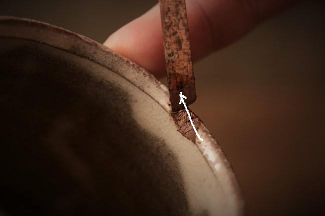 壊れたコップに錆漆を付けて修理する