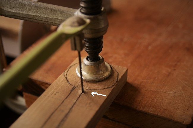 スプーンの板材を糸鋸で切る