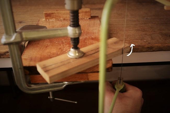 スプーンの木の板材を糸鋸で切る