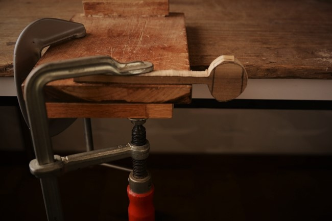 木のスプーン作りの工程。糸鋸で切れ込みを入れる