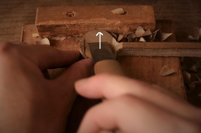 スプーンの切れ込みに向かって彫刻刀で彫る