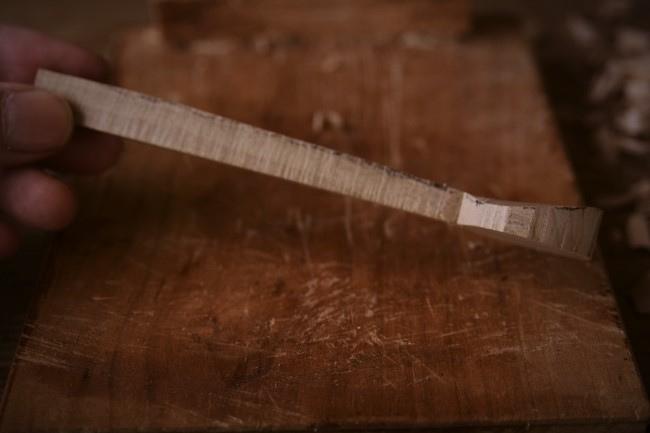 木製スプーンの削り方。柄の分部を削る
