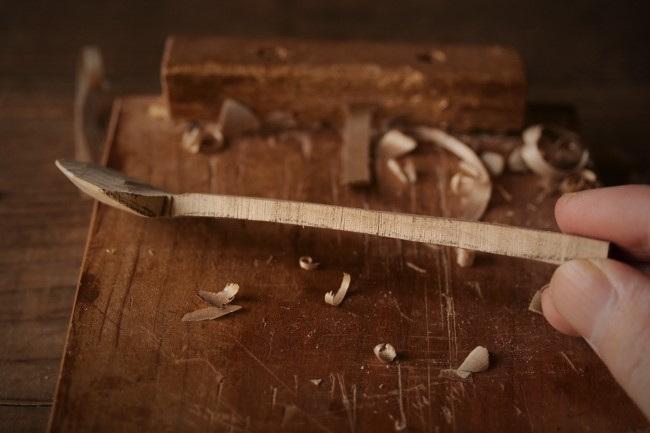 スプーンの柄の分部を削る