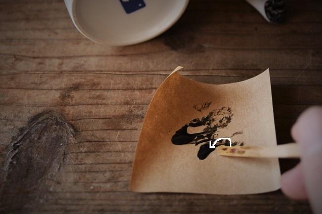 マグカップの壊れた取っ手の断面にエポキシ接着剤を塗る