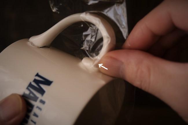 マグカップの壊れた箇所にエポキシパテを埋める