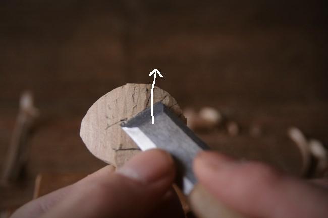 木のスプーンのヘッド部分を彫刻刀で削る