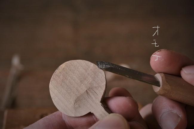 木のスプーンのヘッド周りを彫刻刀で削る