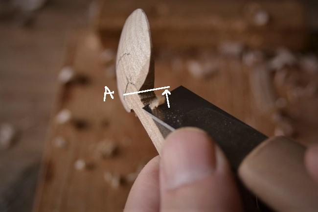 木のスプーンの柄を削る