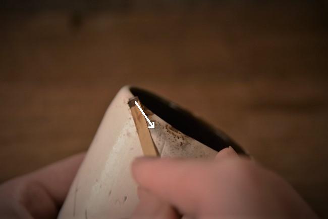 カップの欠けた部分に錆漆を付ける