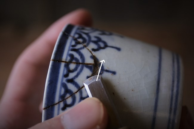 詰めた刻苧漆を彫刻刀で削る