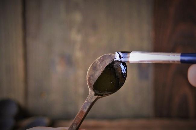 木のスプーンに漆を塗っていく手順