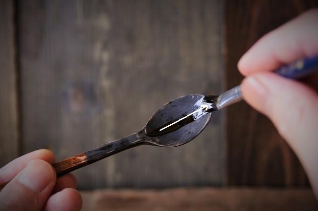 自作の木のスプーンにまずは漆を塗る