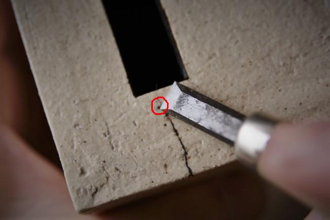 溝に詰まった錆漆を尖った金属で除去する
