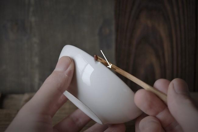 器の欠けた箇所にエポキシ錆を付けていく