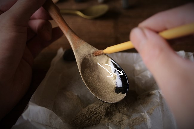 既製品の木のスプーンに蒔絵をするやり方