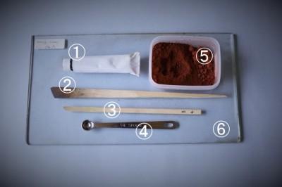 生漆から素黒目漆を作るときに使う道具と材料