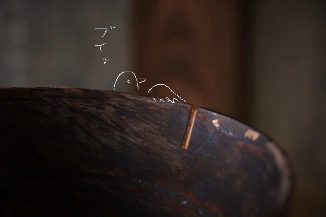 ひびの入った木の器の刻苧彫り作業