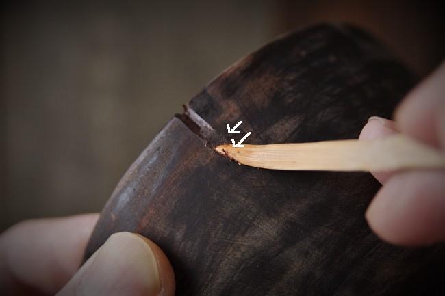 木の器に刻苧漆を詰めていく