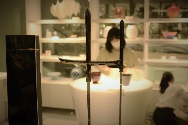 漆で作った槍の新宿伊勢丹での展示風景
