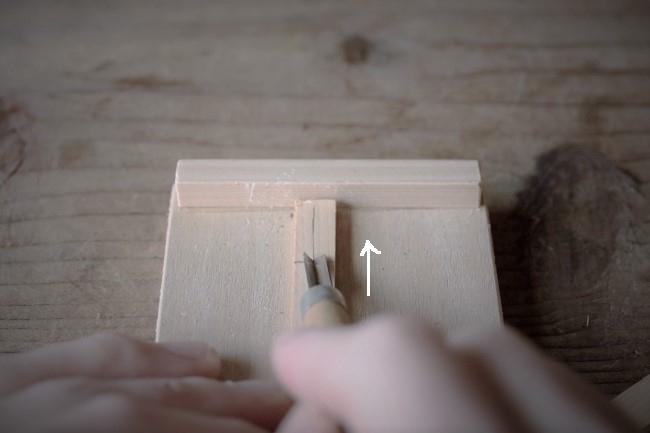 三角の彫刻刀で溝を彫る