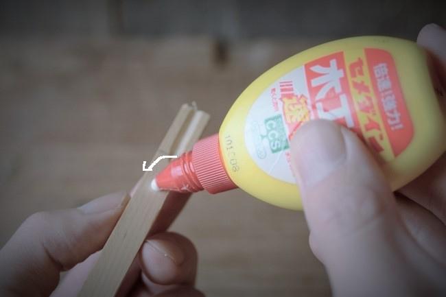 木の板の内側になる部分にボンドを塗る