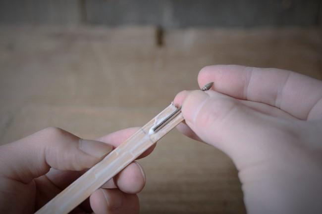 ダイヤモンドビットの軸を溝に嵌める