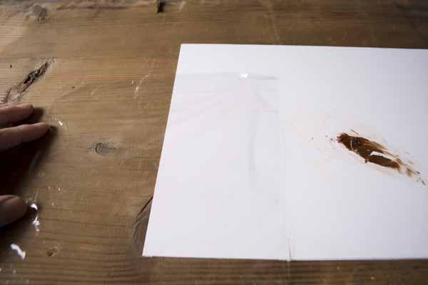 金継ぎで使う錆漆の作り方。A4くらいの大きさに切ったサランラップを広げておきます。